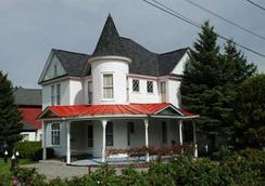 Prague Inn Suites And Cottages - Lake Placid - Building