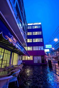 Hotel Zing - Trung tâm Pattaya - Hàng hiên