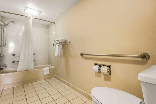 Econo Lodge North - North Charleston - Bathroom