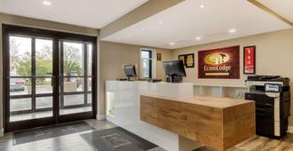 Econo Lodge North - North Charleston - Front desk