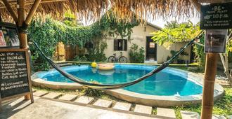 Losmanos Hostel - Yogyakarta - Pool
