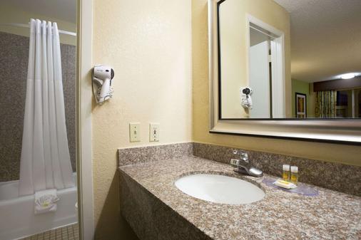 Days Inn by Wyndham Dallas Irving - Irving - Phòng tắm
