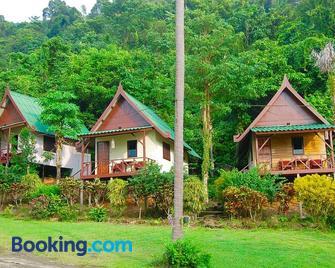 Tp Hut Bungalows - Ban Khlong Son - Building