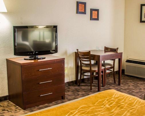 Comfort Inn - Birch Run - Bedroom