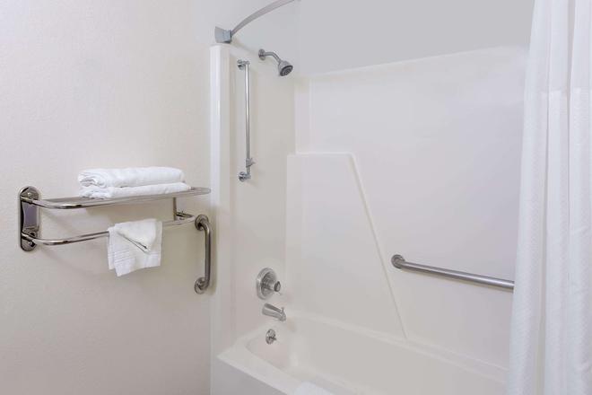 Super 8 by Wyndham Norfolk - Norfolk - Bathroom