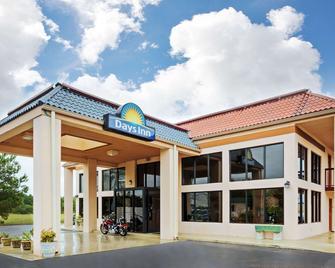 Days Inn by Wyndham Clinton - Clinton - Building