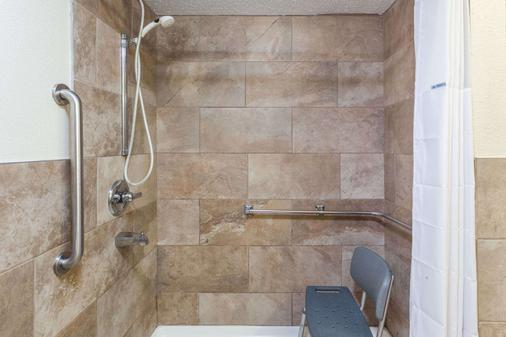 Days Inn Dalton - Dalton - Bathroom