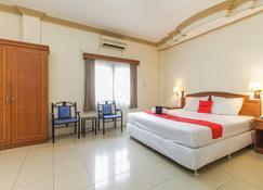 RedDoorz Plus near Taman Siring - Banjarmasin - Bedroom