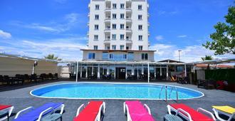 楊木式酒店 - 艾伐利克 - 艾瓦勒克 - 游泳池