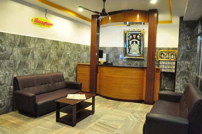 Sarovara Deluxe Rooms - Chennai - Front desk