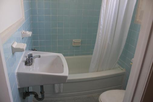 Grand Motel St-Hubert - Longueuil - Bathroom