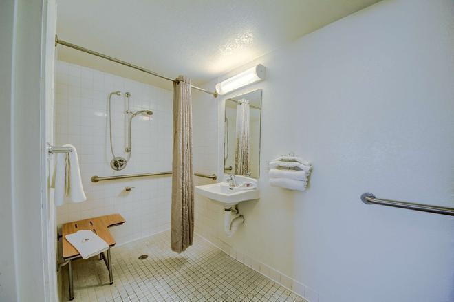 Motel 6 San Antonio-Sam Houston - San Antonio - Bathroom