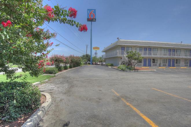 Motel 6 San Antonio-Sam Houston - San Antonio - Building