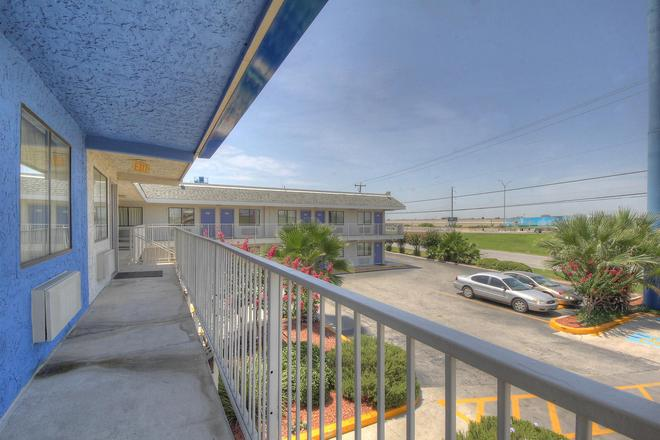 Motel 6 San Antonio-Sam Houston - San Antonio - Balcony