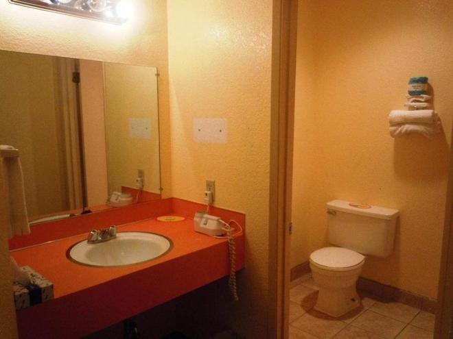 Super 8 by Wyndham Yakima - Yakima - Bathroom