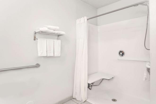 Days Inn Greensboro NC - Greensboro - Bathroom