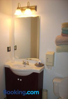 Town And Mountain Hotel - Whitehorse - Baño