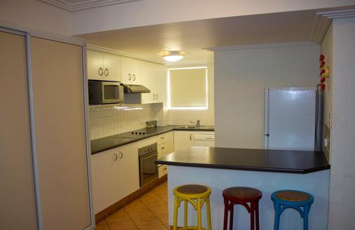 Bargara Shoreline Serviced Apartments - Bargara - Kitchen