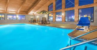 歐克萊爾阿美瑞辛套房酒店 - 歐克萊爾 - 歐克萊爾 - 游泳池