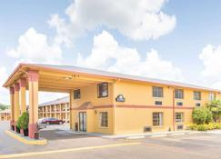 Days Inn & Suites by Wyndham Marshall - Marshall - Building