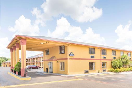 Days Inn & Suites by Wyndham Marshall - Marshall - Building