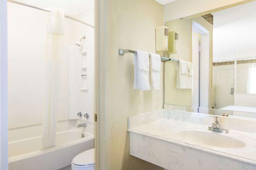 Days Inn & Suites by Wyndham Marshall - Marshall - Bathroom