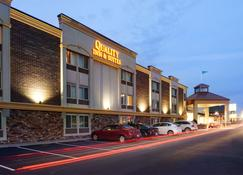 Quality Inn & Suites Starlite Village Conference Center - Ames - Κτίριο