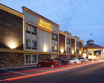 Quality Inn & Suites Starlite Village Conference Center - Ames - Building