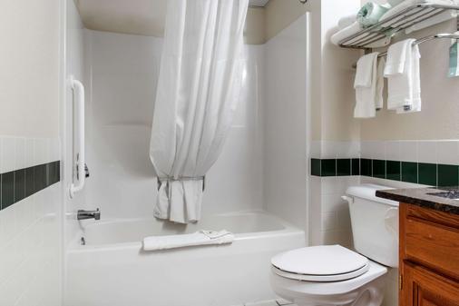 Quality Inn - Rochester - Baño