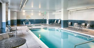 Hampton Inn & Suites by Hilton Seattle/Northgate - Seattle - Piscina