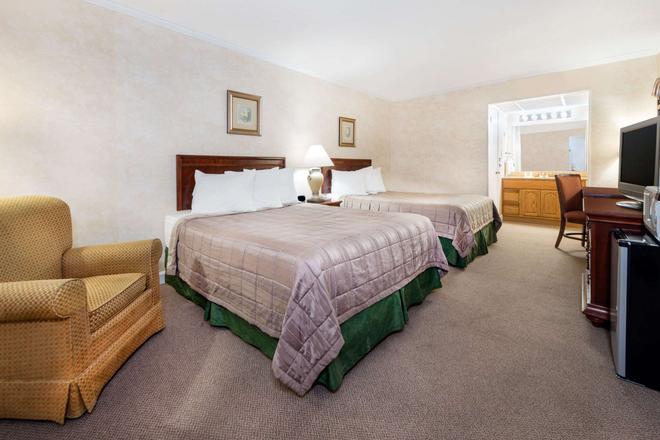 Howard Johnson by Wyndham Burlington - Burlington - Bedroom