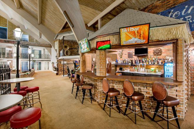 Howard Johnson by Wyndham Burlington - Burlington - Bar