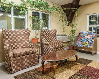Days Inn by Wyndham Vernon - Vernon - Lobby