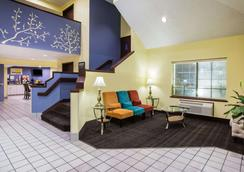 Days Inn by Wyndham Blue Springs - Blue Springs - Lobby