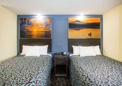 Days Inn by Wyndham Blue Springs - Blue Springs - Bedroom