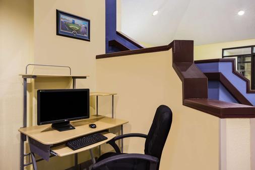 Days Inn by Wyndham Blue Springs - Blue Springs - Business centre