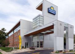 Days Inn & Suites by Wyndham Milwaukee - Milwaukee - Gebouw