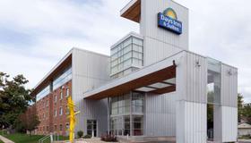 Days Inn & Suites by Wyndham Milwaukee - Milwaukee - Edificio