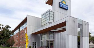 Days Inn & Suites by Wyndham Milwaukee - Milwaukee - Rakennus