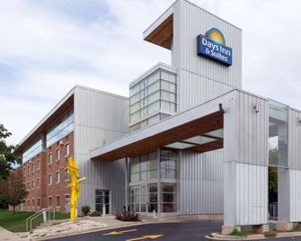 Days Inn & Suites by Wyndham Milwaukee - Milwaukee - Edificio