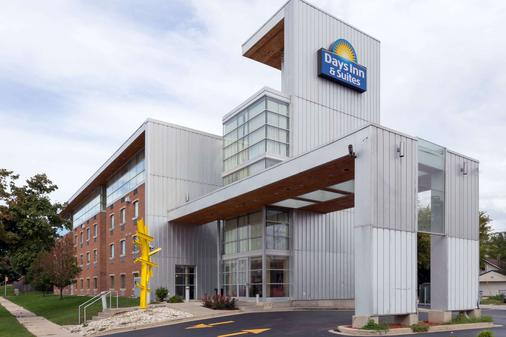 Days Inn & Suites by Wyndham Milwaukee - Milwaukee - Building