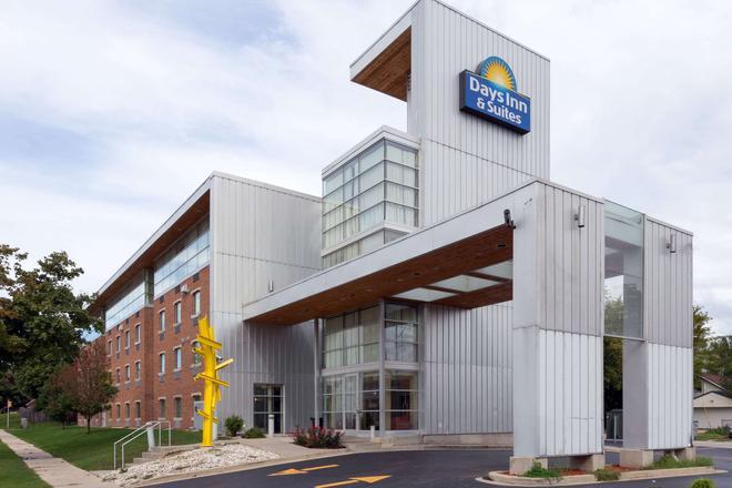 Days Inn & Suites by Wyndham Milwaukee - Milwaukee - Building