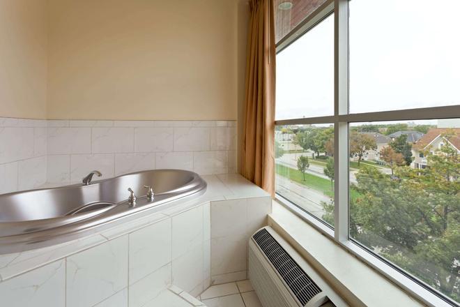Days Inn & Suites by Wyndham Milwaukee - Milwaukee - Bedroom