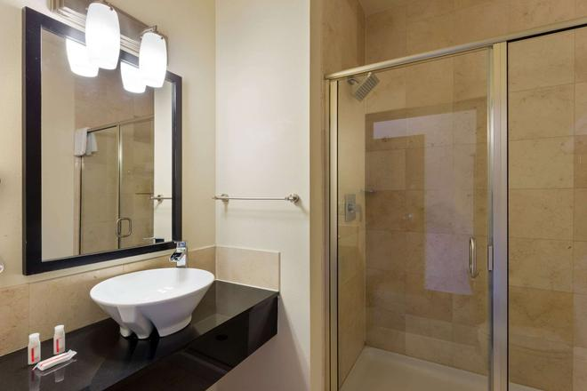 Days Inn & Suites by Wyndham Milwaukee - Milwaukee - Bathroom