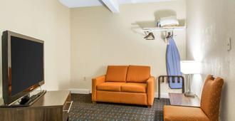 Quality Inn & Suites Middletown - Newport - Middletown - Living room
