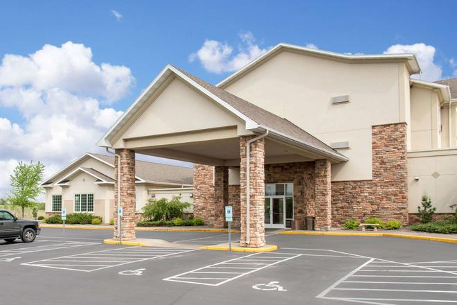 Sleep Inn & Suites Conference Center - Eau Claire - Building