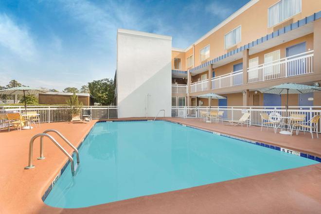 Baymont by Wyndham Savannah Midtown - Savannah - Pool