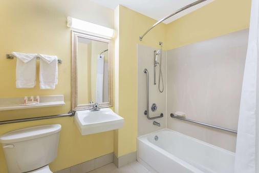 Baymont by Wyndham Savannah Midtown - Savannah - Bathroom