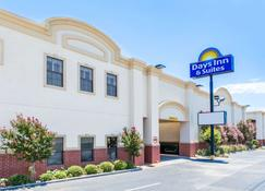 Days Inn & Suites by Wyndham Big Spring - Big Spring - Building