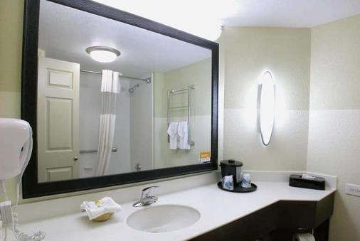 La Quinta Inn & Suites by Wyndham Raleigh Cary - Cary - Bathroom